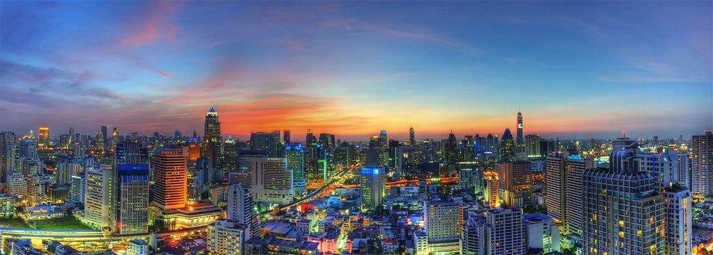Die Skyline von Bangkok mit dem Baiyoke Sky Tower im Hintergrund welche je nach Wetter anders wirkt