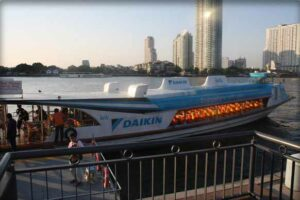 Das kostenlose Wassertaxi auf dem Chao Phraya bringt Sie von der BTS Station Saphan Taksin direkt zum Asiatique Nachtmarkt in Bangkok