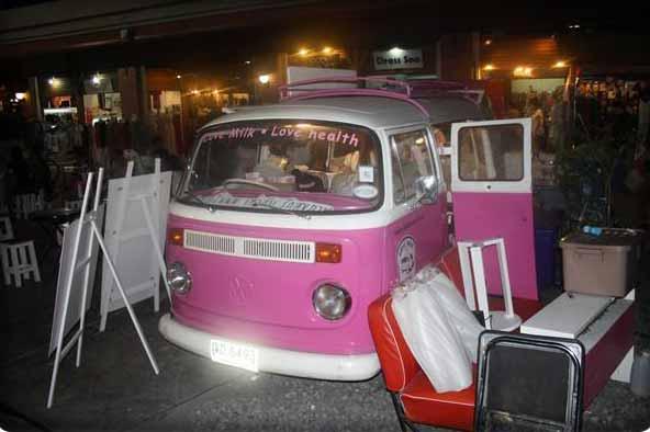 Ein zu einer Bar umgebautes Auto auf dem Asiatique The Riverfront Nachtmarkt