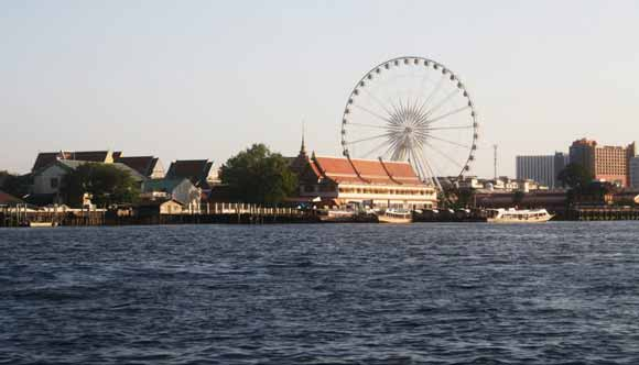 Blick vom Chao Phraya in Bangkok auf das Riesenrad auf dem Asiatique Nachtmarkt