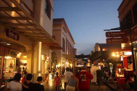 Die Gassen des Asiatique The Riverfront Nachtmarktes mit vielen Geschäften und Restaurants