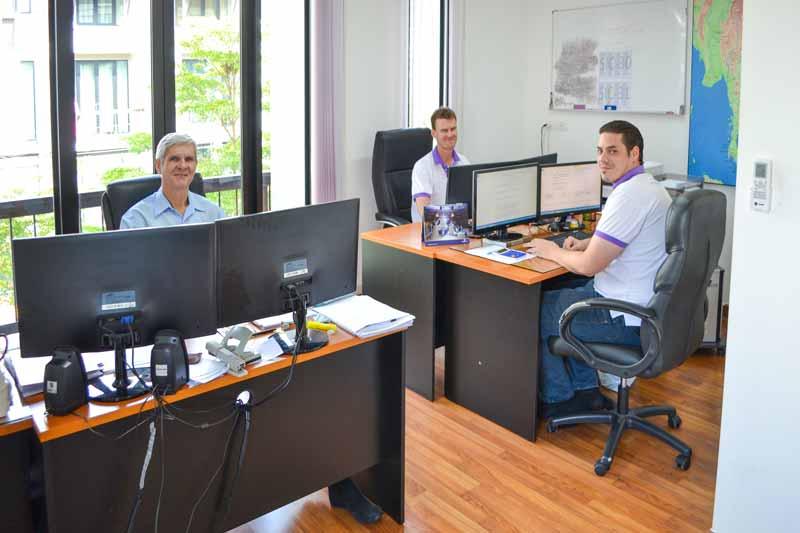 Norbert Zimmer, Julian Kappes und Andreas Sprengart bei der Arbeit im Büro von Sri siam Holidays