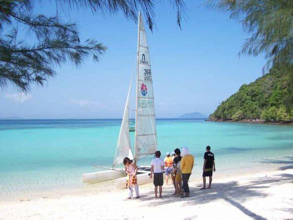 Ein Katamaran steht für Sie auf der Insel Koh Talu bereit, so können Sie die Insel von der Wasserseite aus erleben bei Ihrem Badeurlaub in Thailand