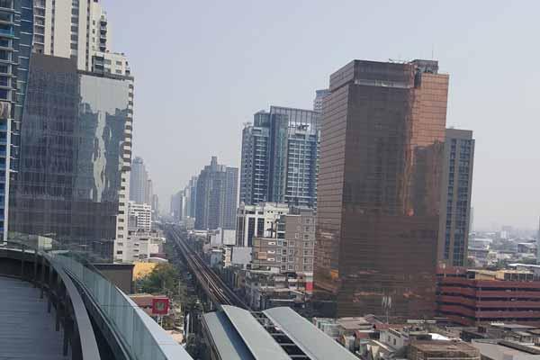 Blick auf die BTS Strecke der Sukhumvit Route in Bangkok