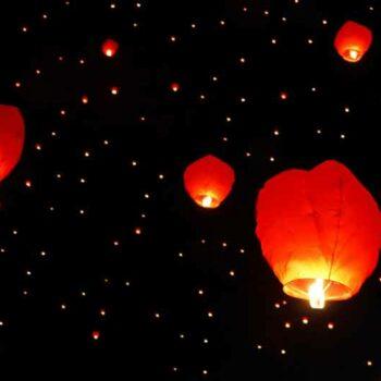aufsteigende Laternen zur Feier des Chinesischen Neujahrs in Bangkok