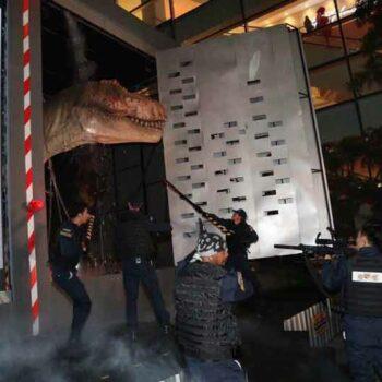 Foto der Vorstellung des neuen Dinosaur Planet in Bangkok, Schauspieler stellen Szenen aus Jurassic Park nach