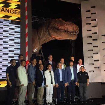 Die Macher vom Dinsoaur Planet in Bangkok posieren vor dem T-Rex