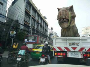 Transport des T-Rex zum Dinosaur Planet über Bangkoks Straßen