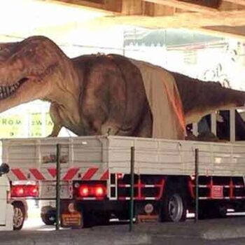 Kopf einziehen hieß es für T-Rex auf dem Weg zum Dinosaur Planet in Thailands Hauptstadt Bangkok
