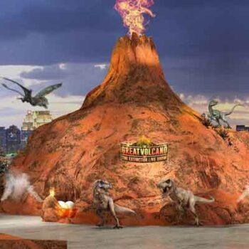 Der Vulkan der als imposante Kulisse im Dinosaur Planet Bangkok dient