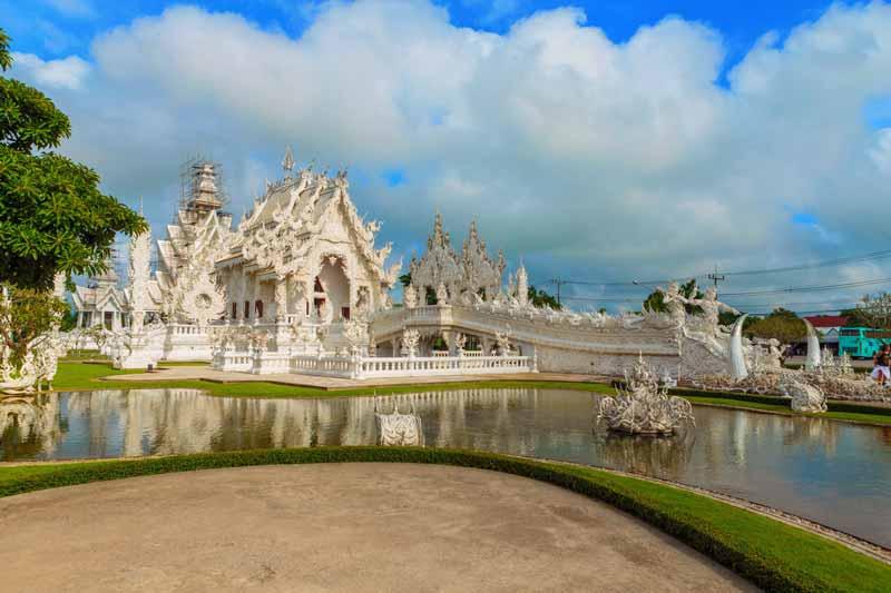 Der berühmte Weiße Tempel, Wat Rong Khun in Chiang Rai ist ein weiteres Highlight unserer klassischen Thailand Rundreisen in den Norden von Thailand