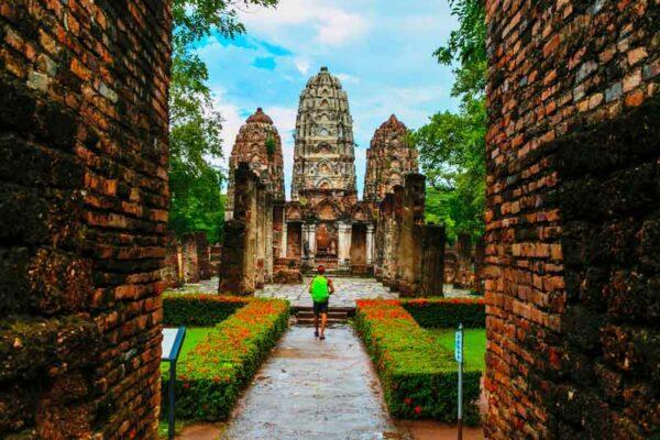 Der Wat Sri Sawai im historischen Park von Sukkhothai, ein Ziel unserer klassischen Thailand Rundreisen