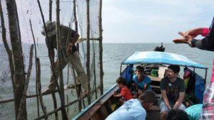 Anfahrt auf die Insel Koh Klang im für die Insel typischen Fischerboot