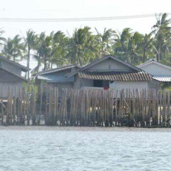 Blick auf die Fischerhütten der Insel Koh Klang vom Krabi River aus