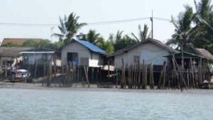Fischerhütten am Wasser auf Stelzen erbaut, eine für die Insel typische Behausung