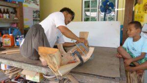 Bau der traditionellen Longtailboot im Miniaturformat