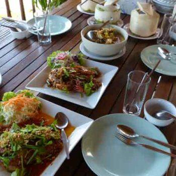 Gedeckter Mittagstisch mit den inseltypischen und Krabi typischen Gerichten