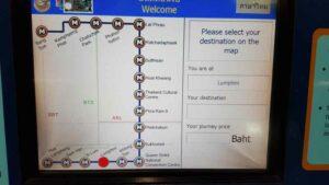 Der Touchscreen der MRT Fahrkartenautomaten in Bangkok mit der Haltestellenauswahl
