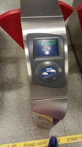 Feld für Fahrchip oder Karte bei den Einlassschranken der MRT