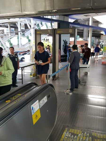 Einlasskontrollen bei der MRT Station Asok in Bangkok