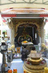 Verehrung einer Buddha Statue am Songkran Fest