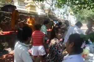 Die traditionelle Verehrung der Mönche am Songkran Fest
