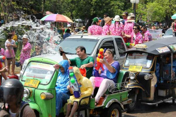 Songkran auf Bangkoks Straßen, mit Wasserpistolen feucht fröhlig feiern