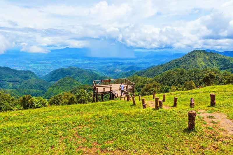 Auf der Rundreise, abseits der Touristenpfade, in den Norden Thailands, besuchen Sie unter anderem dem auf dem Foto zu sehenenden Aussichtspunkt am Doi Angkang