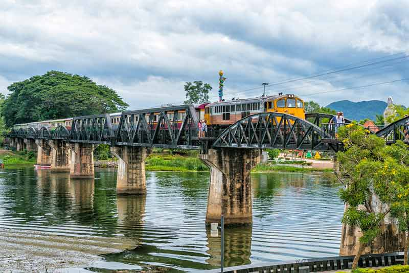 Die Brücke am River Kwai mit der berüchtigten Todeseisenbahn, besuchen auf der Reise Thailand abseits der Touristenpfade