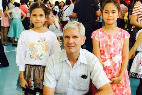 Norbert Zimmer, Managing Director von Sri Siam Holidays, mit seinen Töchtern