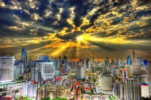 Der Himmel über Bangkok zeigt je nach Wetter unterschiedliche Stimmungen