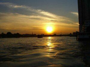 Sonnenuntergang über dem Chao Phraya in Bangkok