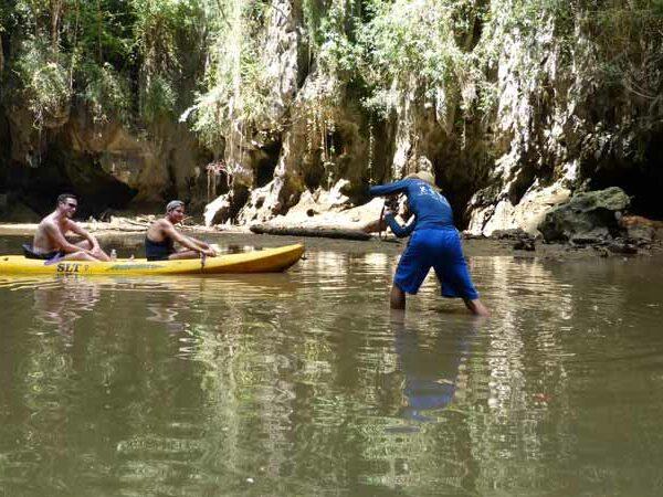 Touristen im Kayak in der Phra Nang Lagoon bei Krabi
