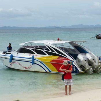 Ein Speedboot vor der Insel Koh Poda
