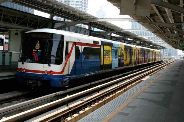 Die BTS Skytrain in Bangkok, das schnellste Transportmittel in der Rushhour