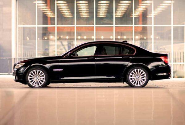 Mercedes Limousine am Flughafen von Bangkok, ihr Transfer für einen komfortablen Start in Ihren Urlaub