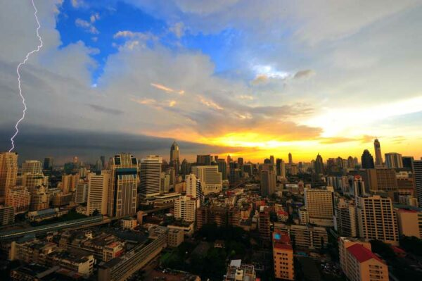 Bangkoks Skyline mit Blick über die Hochhäuser der Stadt. ein idealer Ausgangspunkt um Thailand zu erkunden oder für einen Start des Inselhoppings