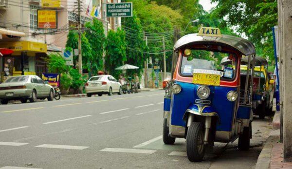 Ein Tuk Tuk in den Straßen von Bangkok. Tuk Tuks werden auch gerne von Urlaubern in Bangkok verwendet