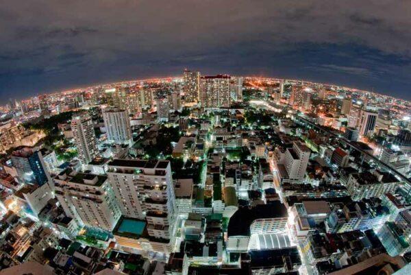 Blick über die Skyline von Bangkok von einer der zahlreichen Rooftop Bars in Bangkok