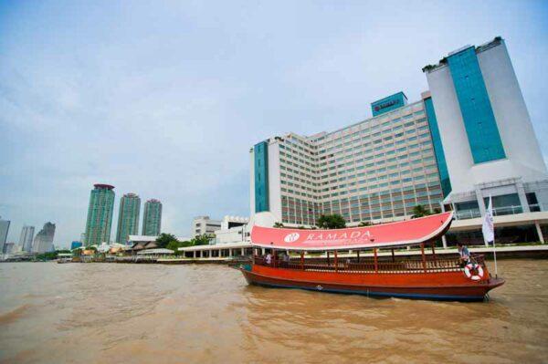 Das Ramada Plaza Menam Riverside Hotel ist direkt am Chao Phraya Fluss gelegen