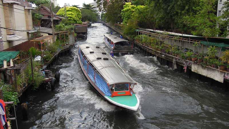 Boots Taxi auf den Klongs, den Kanälen von Bangkok. Wassertaxis sind nicht nur bei den einheimischen beliebt sondern auch immer mehr bei Bangkoks Touristen