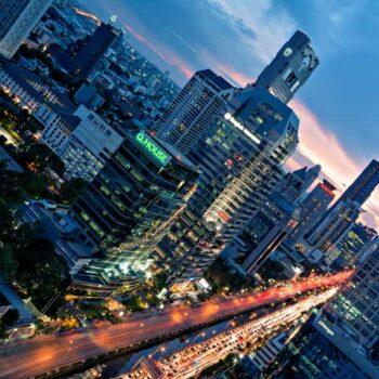 Blick vom Sofitel SO Bangkok auf die Sathon Road und das Banyan Tree Hotel