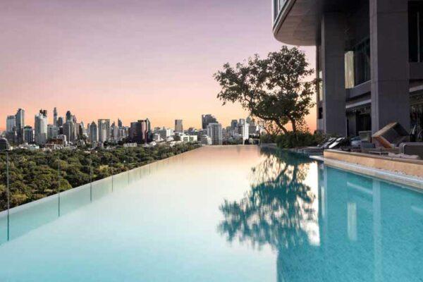 Der Infinity Pool des Sofitel So Bangkok bietet eine hervorragende Sicht auf den Lumphini Park und die Skyline von Sukhumvit