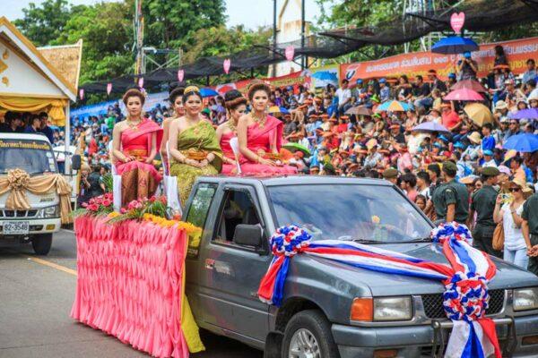 Der Festumzug beim Kerzenfestival in Ubon Ratchathani