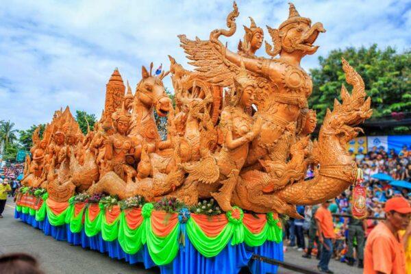 Die prächtigen Wachsfiguren auf der Parade in Ubon Ratchathani