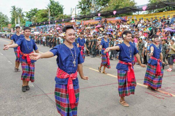 Die Parade wird natürlich von traditionellen Tänzen und traditioneller Musik begleitet