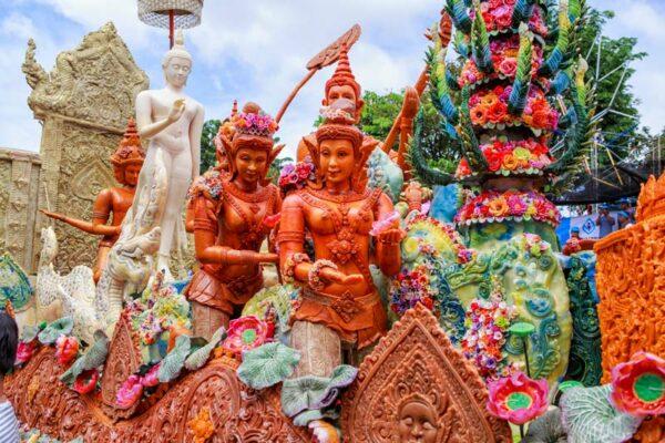 Die Kerzenfiguren stellen historische Wesen oder Personen aus der thailändischen Geschichte dar