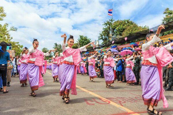 begleitet wird der Krezenumzug in Ubon Ratchathani von vielen tradionell gekleideten Damen und Herren