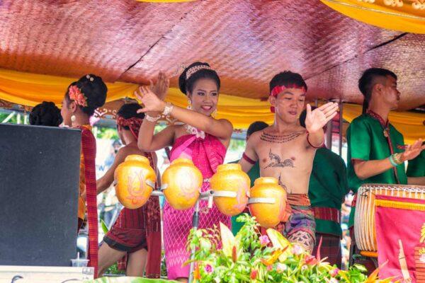 Tänze und Fröhlichkeit wofür die Thailänder bekannt sind, herrscht auf dem gesamten Festival