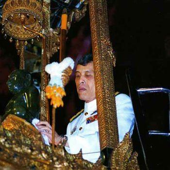 Seine Königliche Hoheit Kronprinz Maha Vajiralongkorn beim Wechsel der Kleidung des Smaragd Buddhas